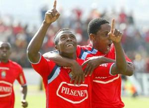 Christian Benítez, junto a su suegro Cléver Chalá. Festejan el primer gol profesional del Chucho, allá en septiembre del 2005