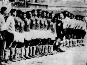 Ambos equipos forman en la cancha del Romelio Martínez
