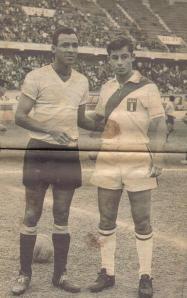 Alberto Spencer y Roberto Challe, en un amistoso Uruguay - Perú, en Lima.