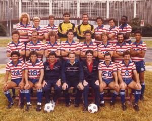 Chico Borja (primero de los sentados, de izq. a der. con el 14) en la Selección de EEUU de 1983.