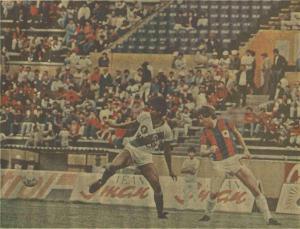 Miguel Cedeño busca anticiparse a Àlex Aguinaga (1987). Audaz fue goleado por el Quito.