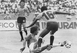Freddy Barreto al piso. Luis Ordóñez pelea por la pelota. A lo lejos, Janio Pinto (Archivo El Comercio).
