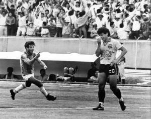 El gol de Carlos Alberto Mendoza, en el arco norte del Atahualpa. Lo lamenta Jimmy Izquierdo (Foto Archivo El Comercio)