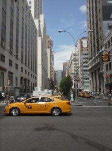 Sexta Avenida, listo para emprender veloz pique en medio de ese taxi.