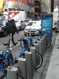 """Así se estacionan las bicis, cada una en su """"hangar""""."""