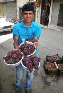 El plato de uvas Shiraz cuesta 20 mil riales, casi 50 centavos USD.