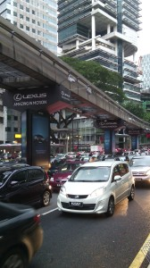 El tráfico tupido, al pie de la plaza Merdeka.