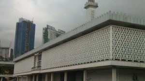 La Mesquita Nacional, a las zonas de oración solamente entran musulmanes.