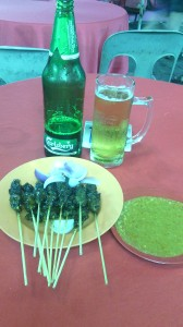 Satay y cerveza en Petalling Street (KL).