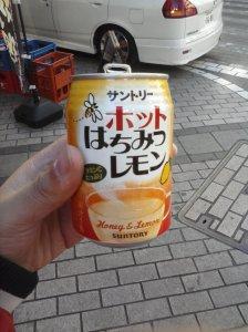 Producto típico de la máquina de bebidas: te caliente con miel y limón. Para el invierno.