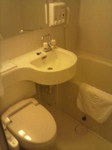Baño con tina y el inefable inodoro electrónico.