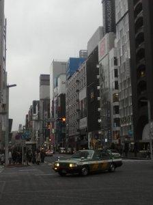 Ginza, un día gris de invierno. Un taxi (carísimo) da la vuelta.